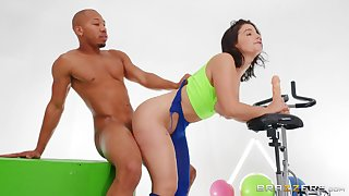 Hottie LaSirena69 gets her big ass oiled before hot anal be thrilled by at the gym